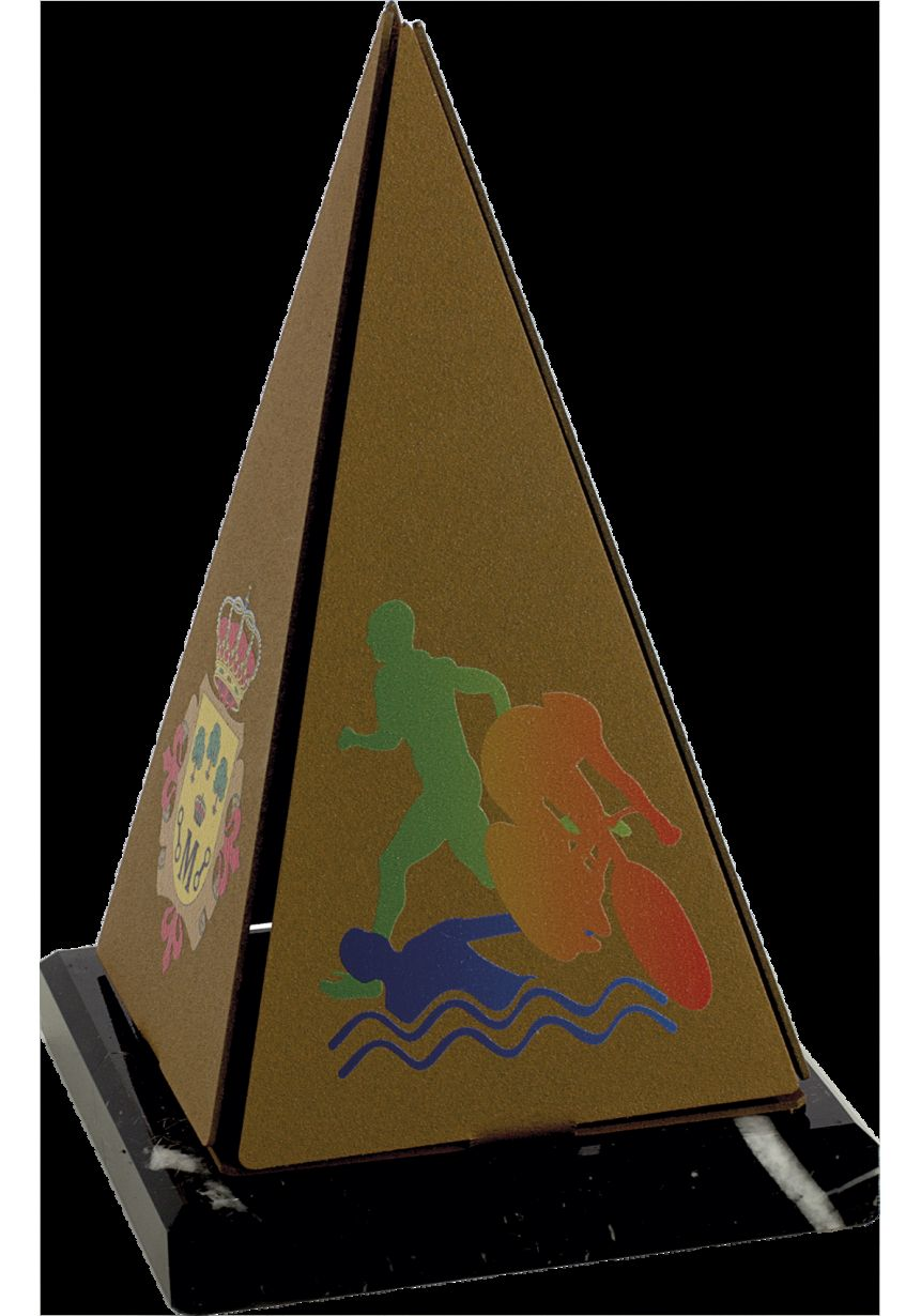 Trofeo metal pirámide color