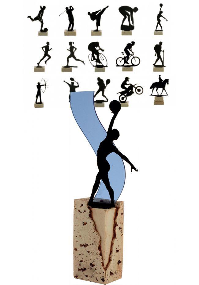 Trofeo de metal con figura deportiva