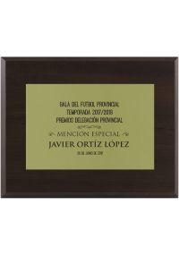 Placa de homenaje dorada con grabado