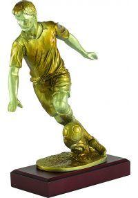 Trofeo figura fútbolista con balón