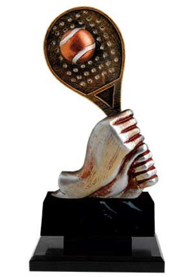 Trofeo de pádel mano con raqueta y pelota