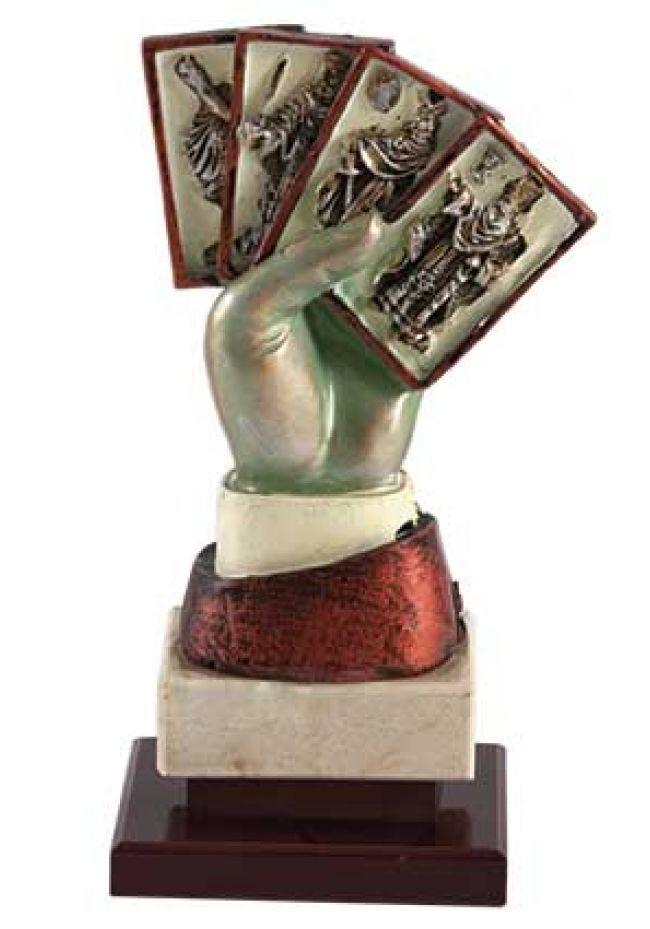 Figura de mano sujentando 4 cartas