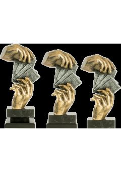 Trofeo de cartas con figura de manos