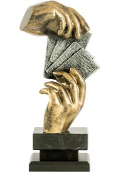 Trofeo de cartas con figura de manos-1