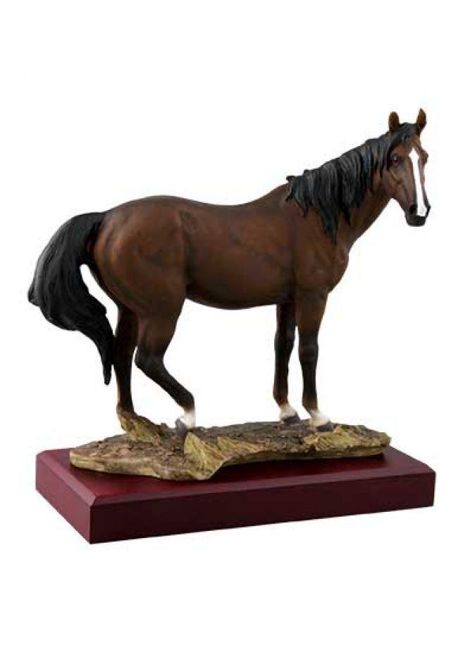 Trofeo de caballos con figura de un caballo marrón