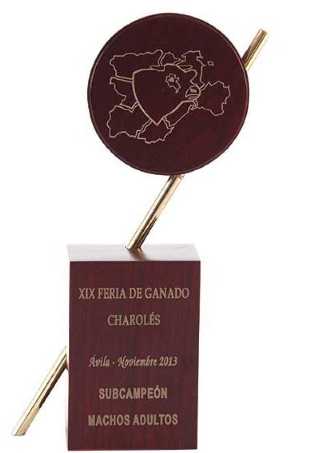 Trofeo de madera cuerpo prisma metal circulo
