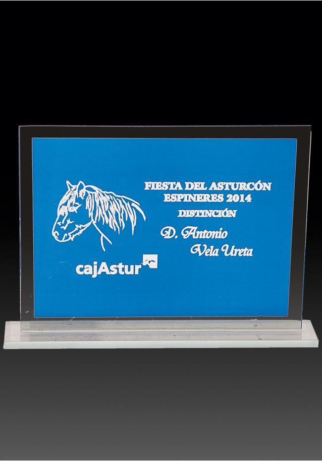 Trofeo de cristal forma rectangular fondo azul base cristal