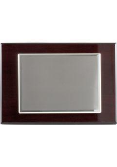 Placa de homenaje bañado en plata con forma rectangular y marco doble