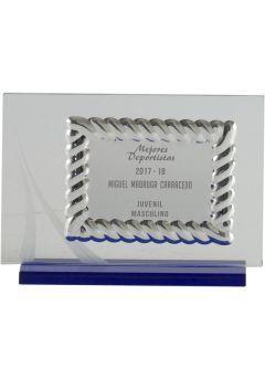 Placa de homenaje cristal en forma rectangular con marco labrado y columna plateada en el lateral