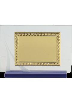 placa de homenaje cristal en forma rectangular con marco labrado dorado y columna plateada en el lateral 10