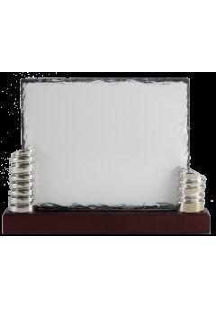 placa de homenaje plateada en forma rectangular y borde desgastado 11